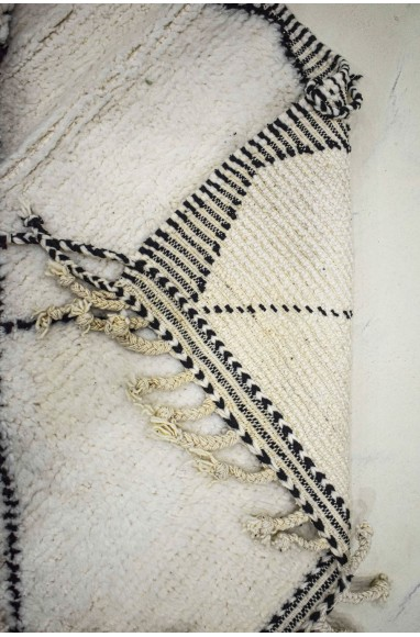 Tapis Beni Ouarain côtés brodés noir et blanc