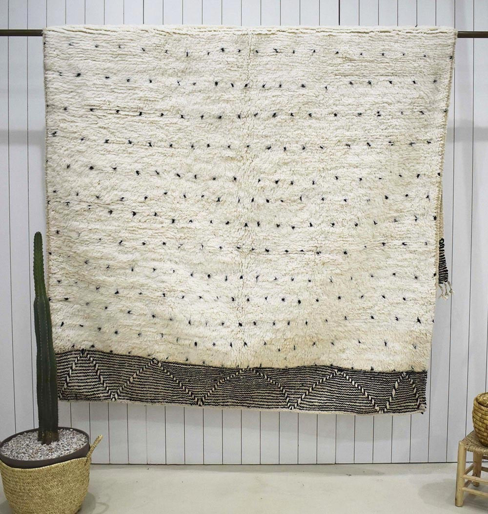 Beni Ouarain carpet with polka dots Embroidered ends