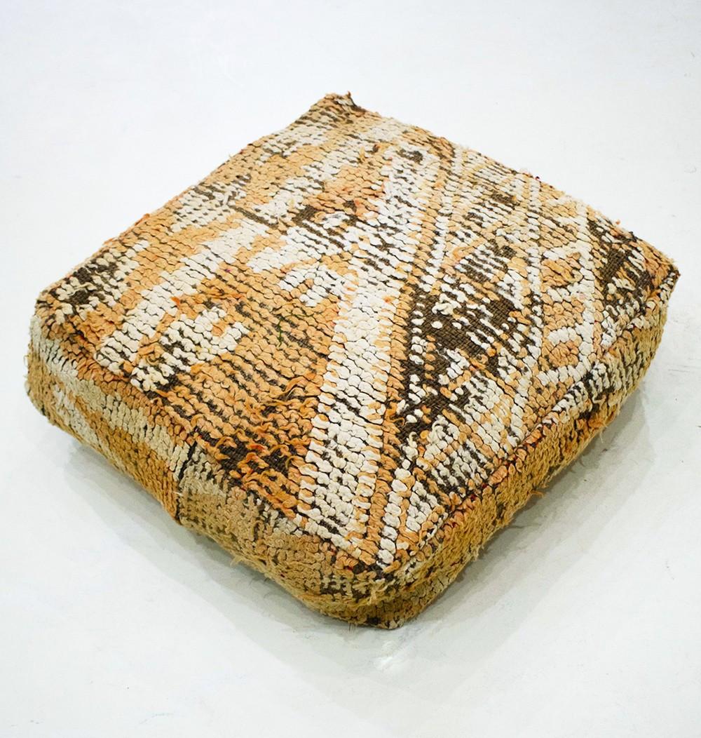 Pouf Vintage carré en laine épaisse rase et effilochée orange, blanc et marron