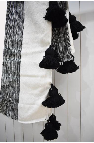 Plaid en gris chiné, blanc et finition pompons noirs