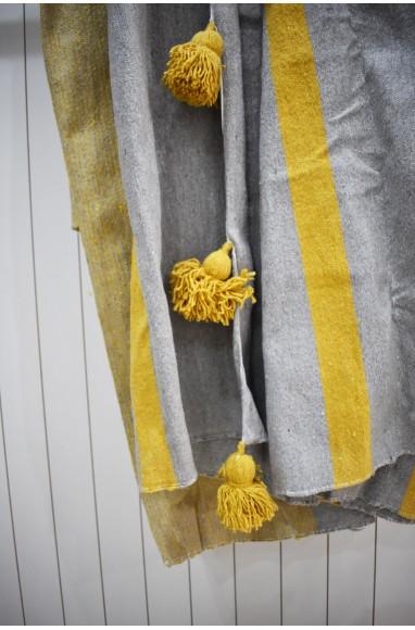 Plaid en gris clair et beige, finition pompons beige