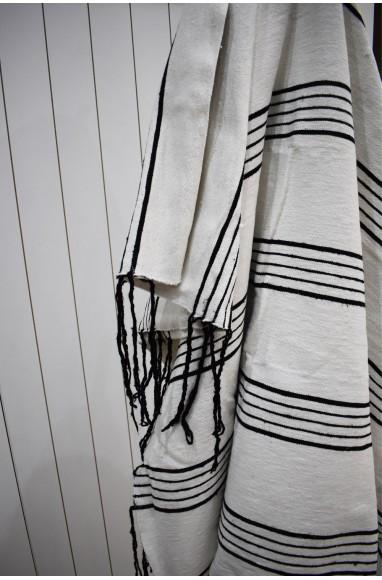 Plaid blanc finement rayé noir, finition pompons blancs