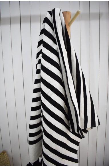 Plaid rayé noir et blanc finition pompons laine blancs