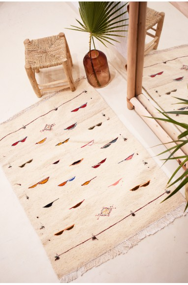 Kilim carpet Papillottes pink background