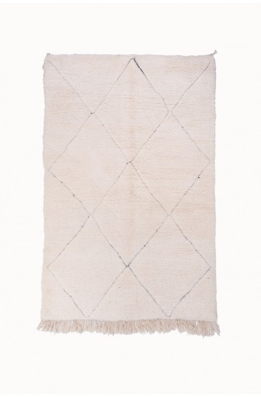 Beni Ouarain Uni White rug with slightly contoured diamond patterns