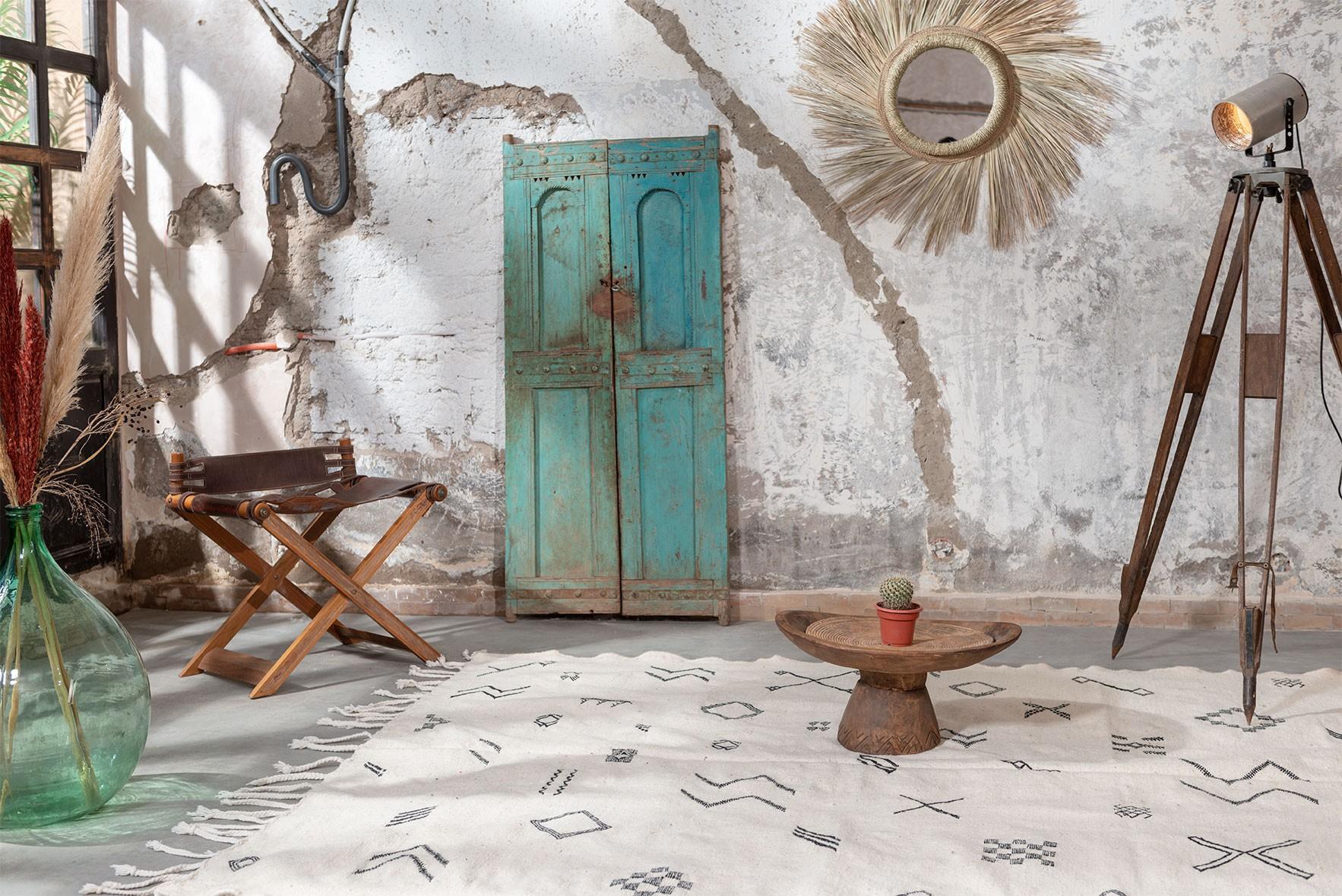 White and gray kilim rug