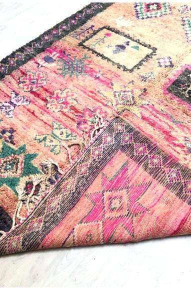 Vintage rug outline in diamond frieze