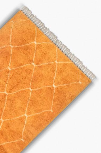 Tapis Beni Ouarain Orange en laine dans salon moderne