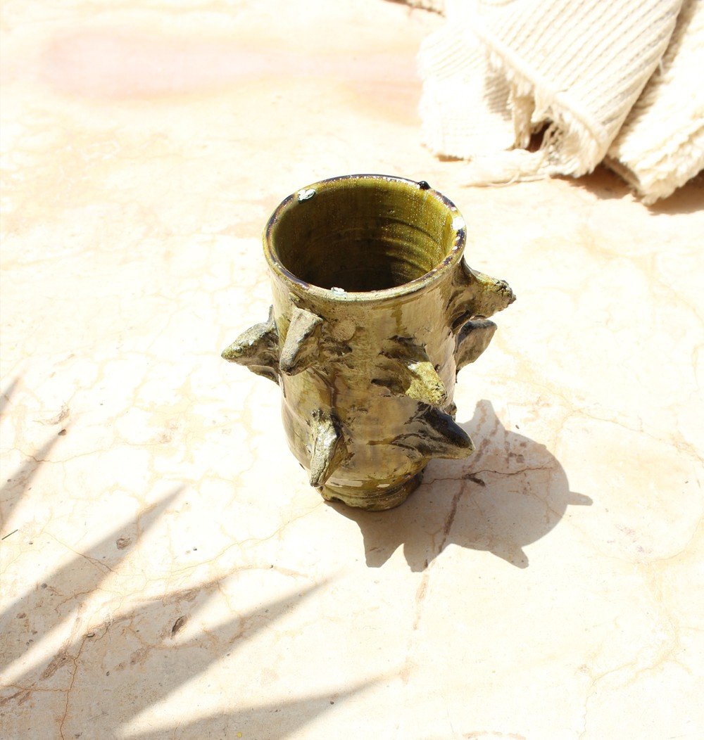 Vase irrégulier à becs dans les tons ocre
