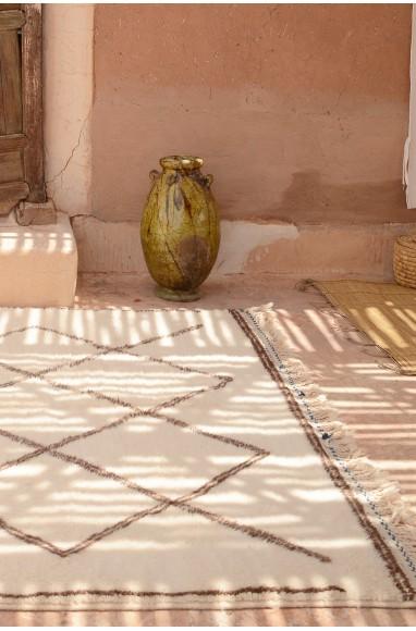 Tapis berbere laine losanges blancs et noirs dans salon