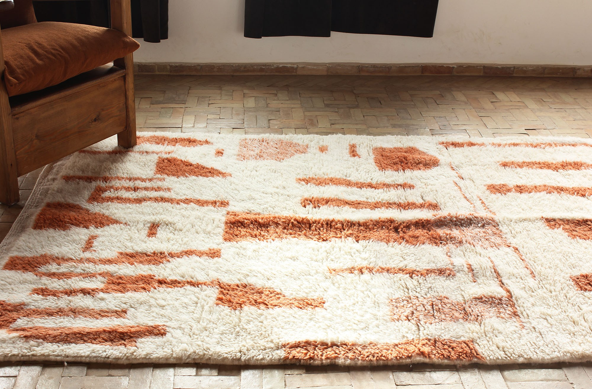 tapis berbère orange et marron et blanc azilal