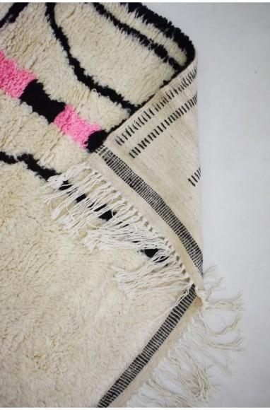 Tapis de laine fond écru et motifs noir et rose fluo