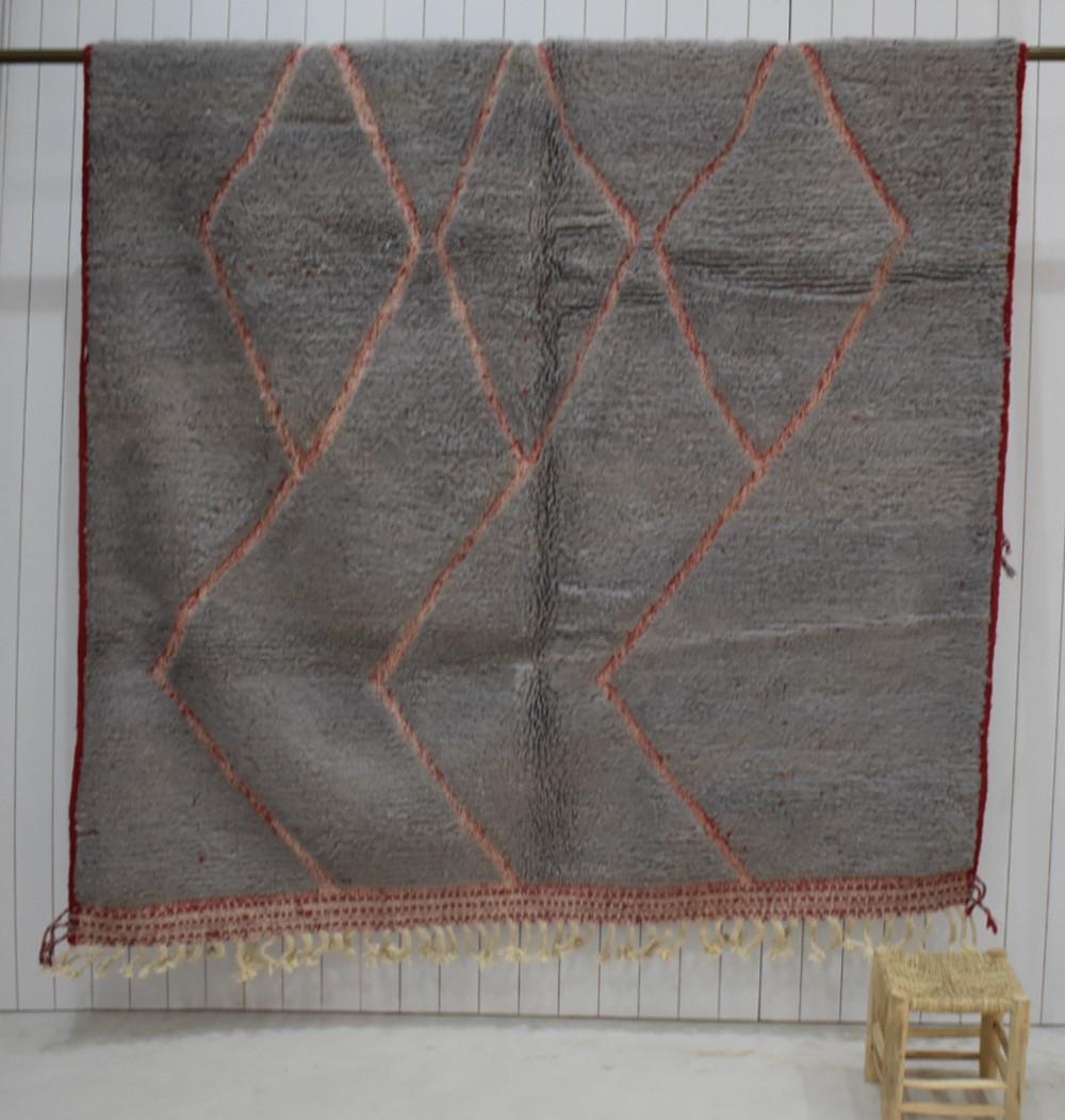 Tapis Beni Ouarain gris et rouge, relief losanges et zigzag