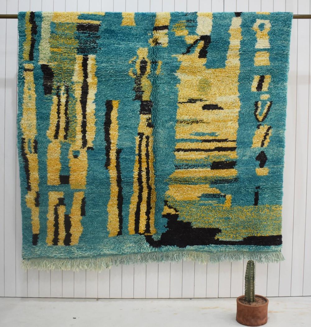 Tapis berbère fond gris bleu et motifs jaune, vert et noir
