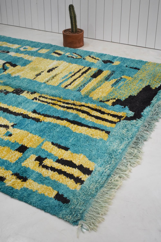 tapis berbere fond gris bleu et motifs jaune vert et noir tribaliste com