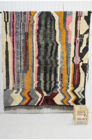 Tapis berbère aux effets ethniques géométriques tons de gris, noir, rose...