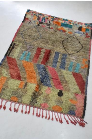 Tapis fond gris et motifs gémométriques colorés