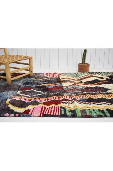 Tapis berbère aux dominantes de rouge, gris et vert