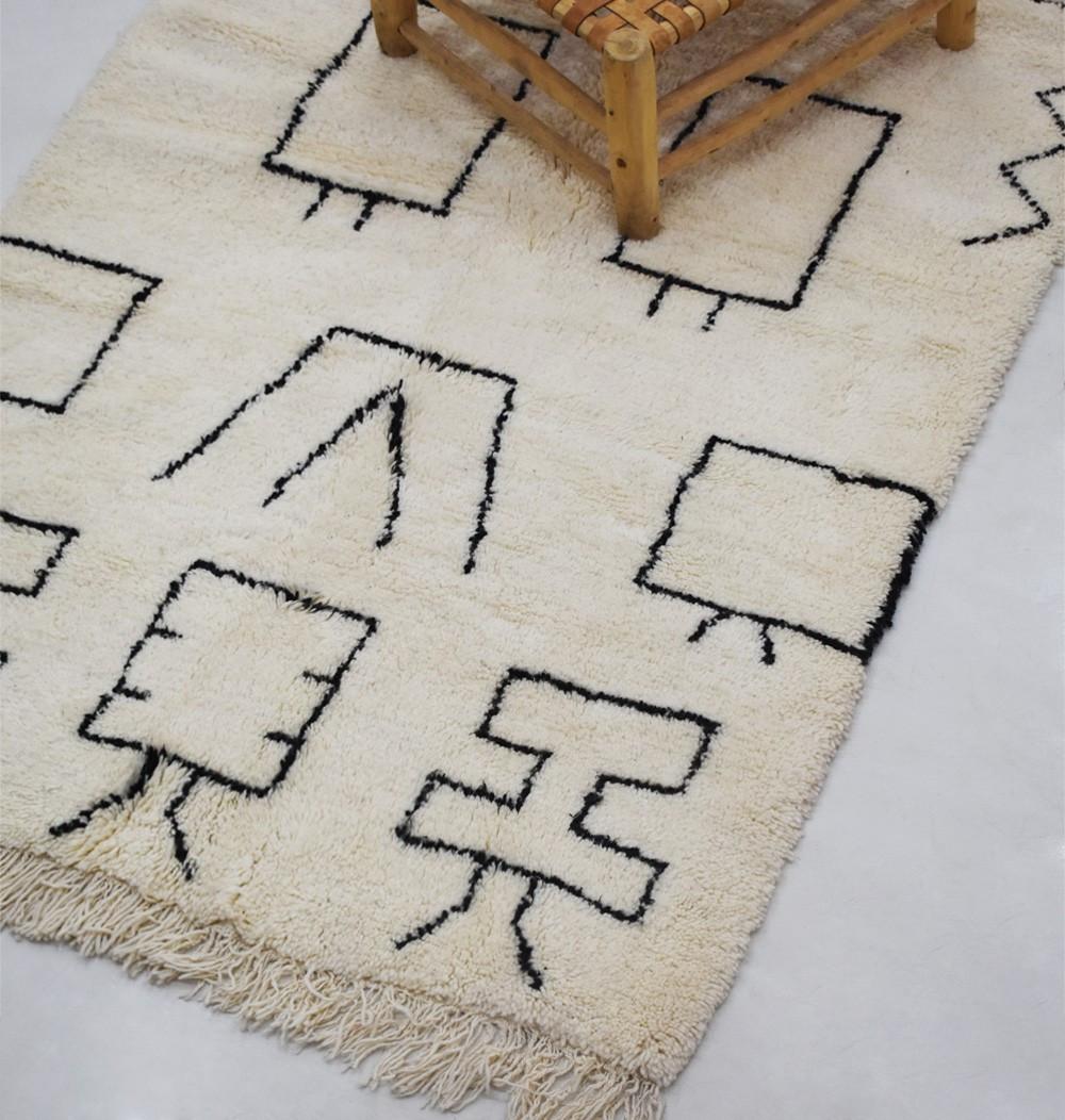 Tapis berbère fond beige motifs berbères noirs