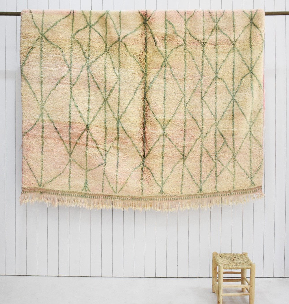 Grand tapis Mrirt fond beige, nuances rosées et motifs vert