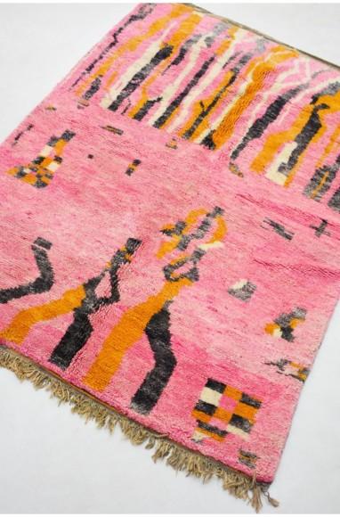 Tapis berbère Azilal aux dominantes de rose, orange, gris et noir