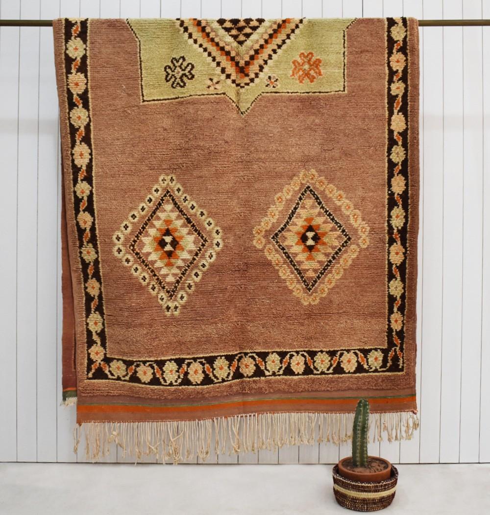 Berber carpet contour of flowers