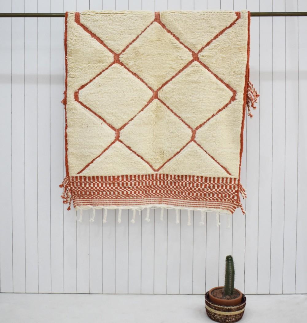 Petit tapis Beni Ouarain effets de relief, beige et rouge