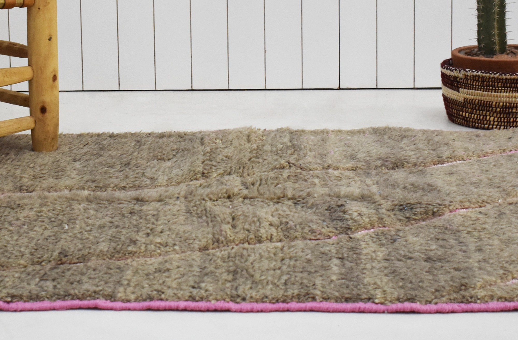 Tapis berbère fond marron et motifs rose