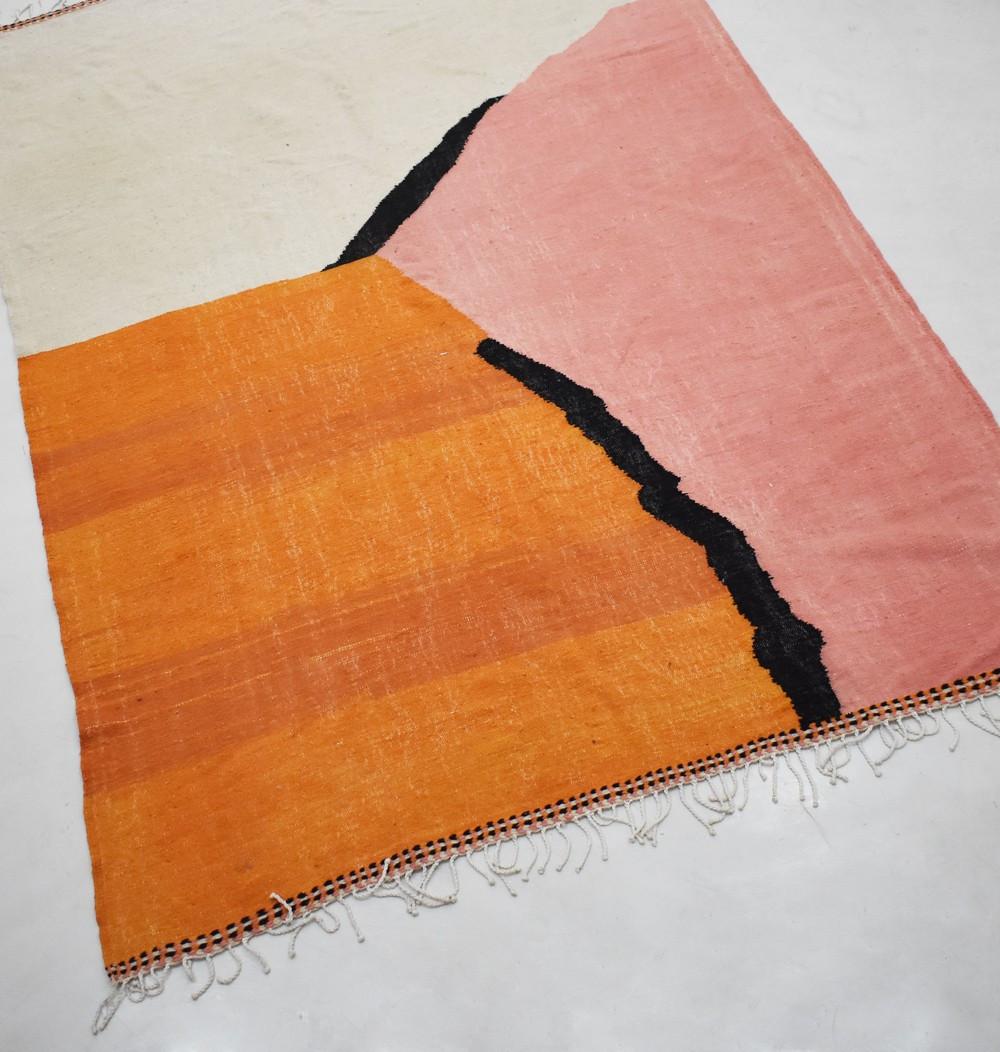 Tapis berbère Kilim en trio de rose, orange et gris clair