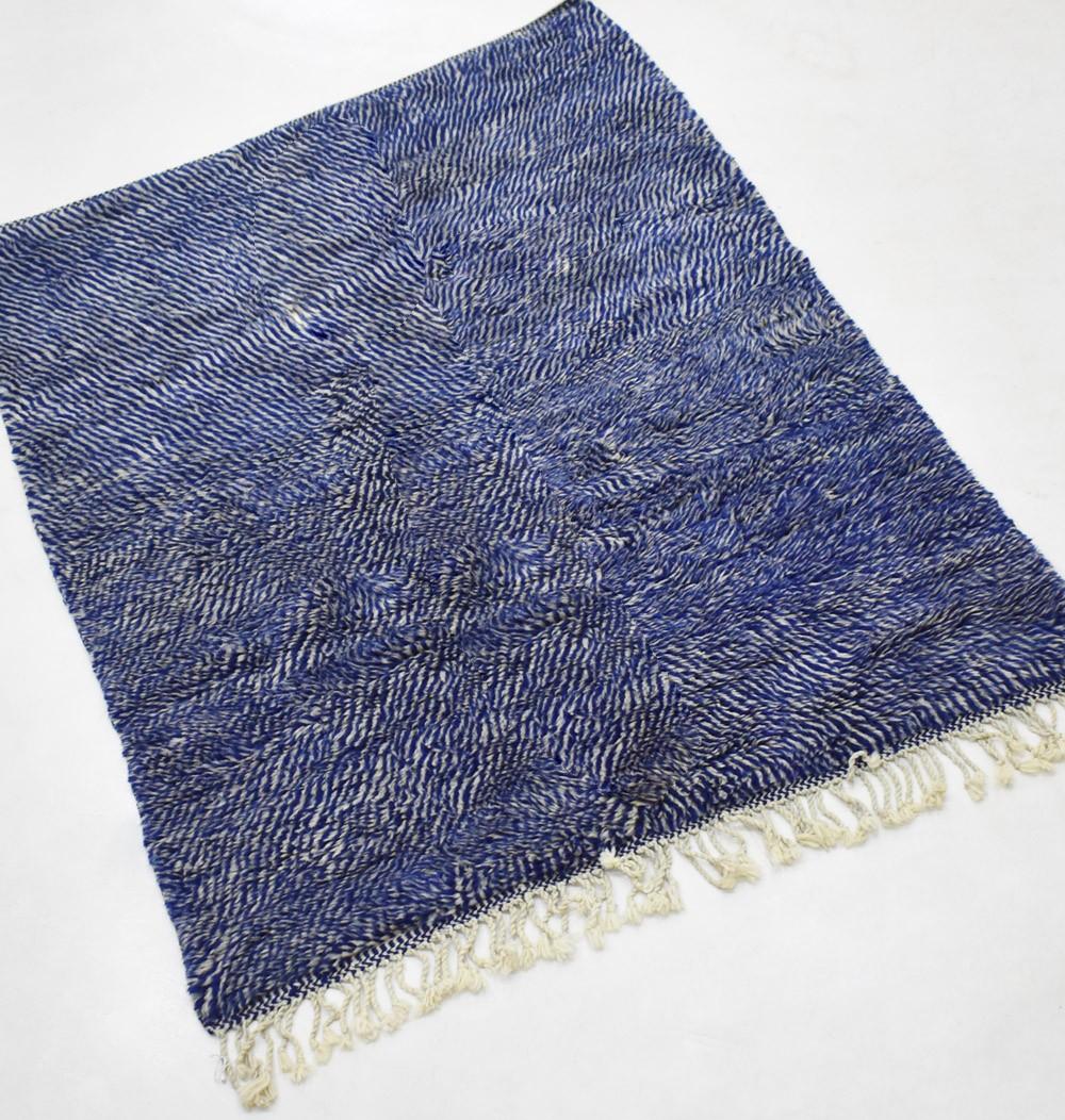 Tapis berbère tout en nuances gris bleuté