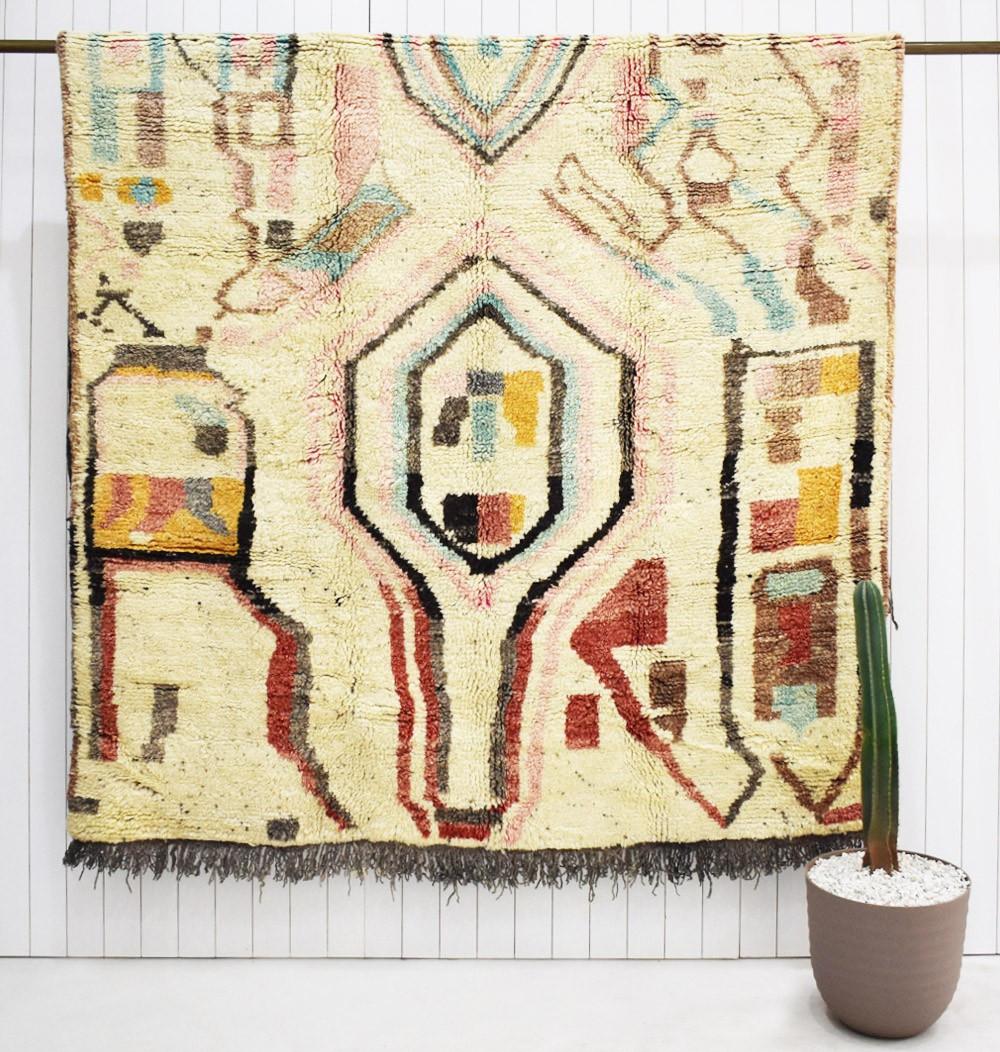 Tapis berbère aux motifs abstraits