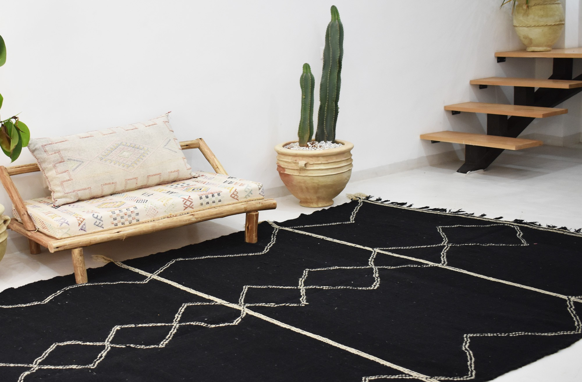 Tapis berbère Hanbel noir et blanc frise losange centrale
