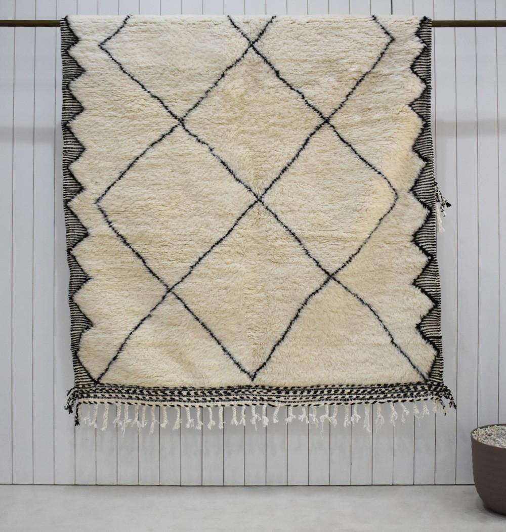 Beni Ouarain carpet ecru and black zigzag finish