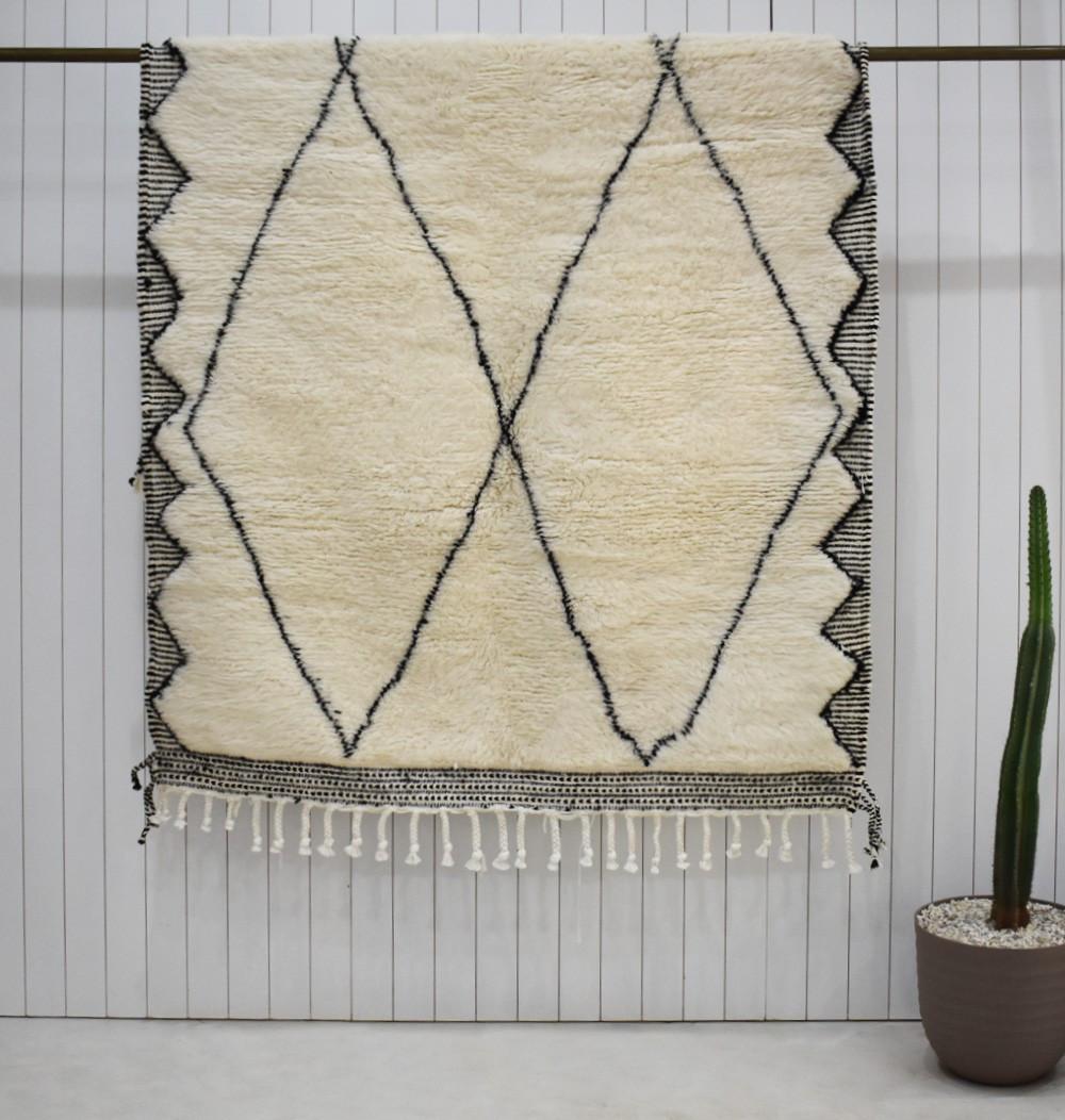 Beni Ouarain carpet elongated diamond kilim finish