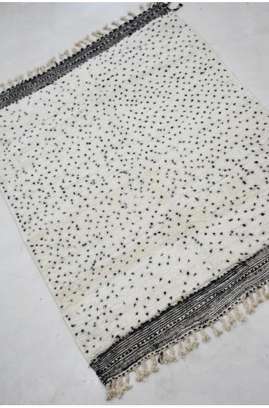 Petit tapis berbère à pois