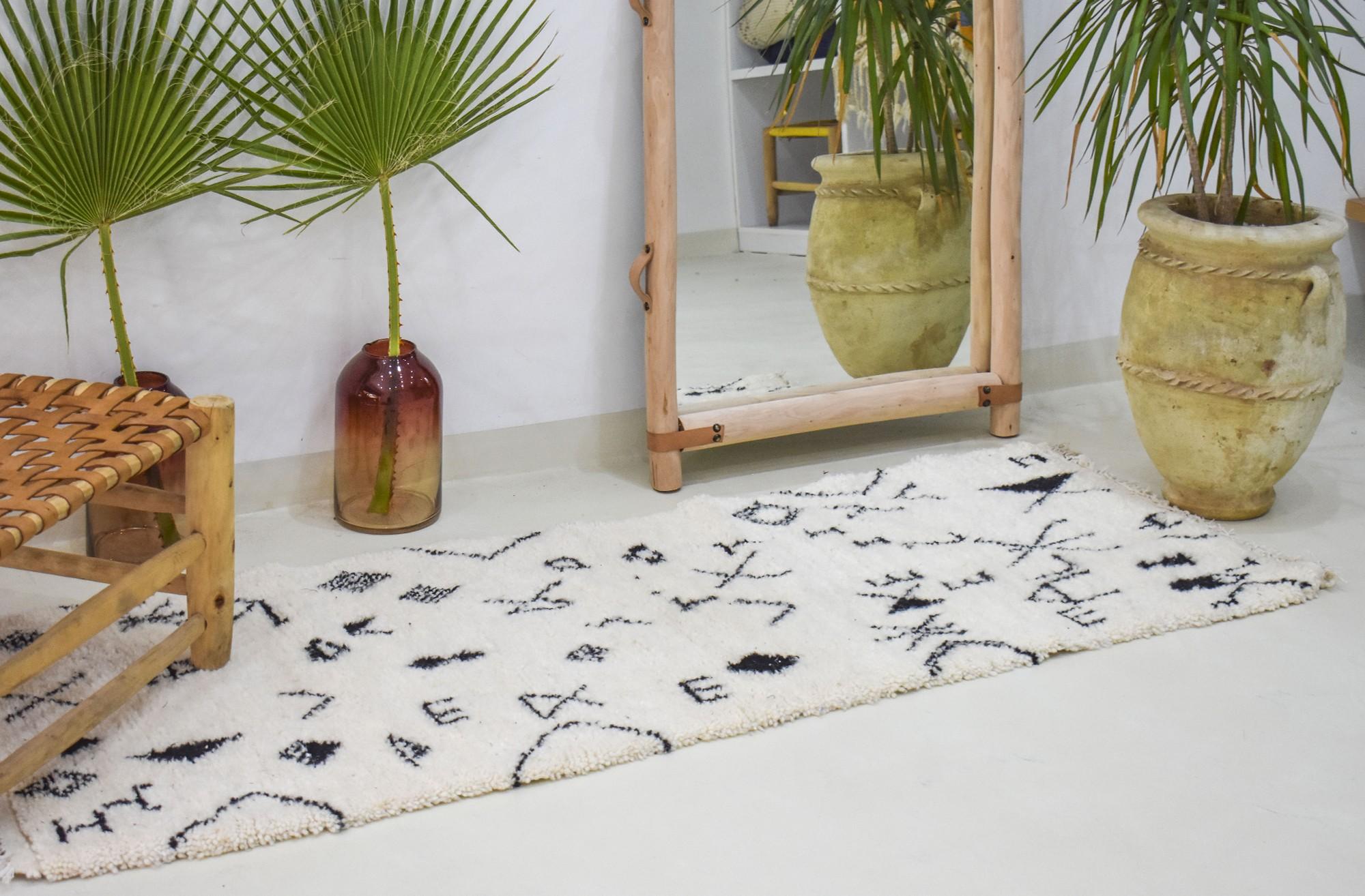 Tapis berbère abstrait en couloir
