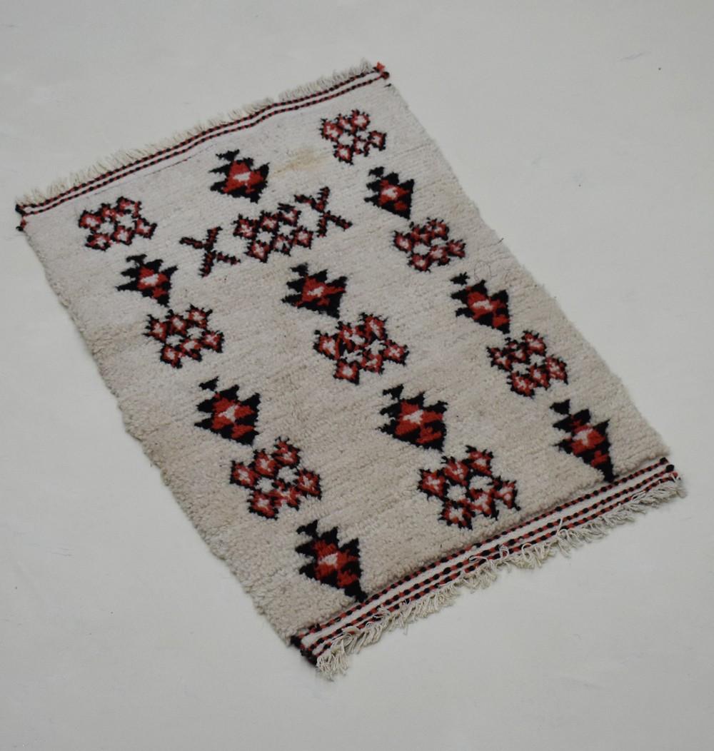 Petit tapis berbère aux motifs berbères colorés