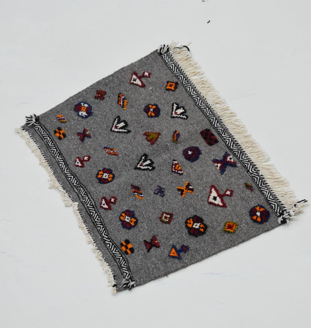 Joli petit tapis berbères à motifs