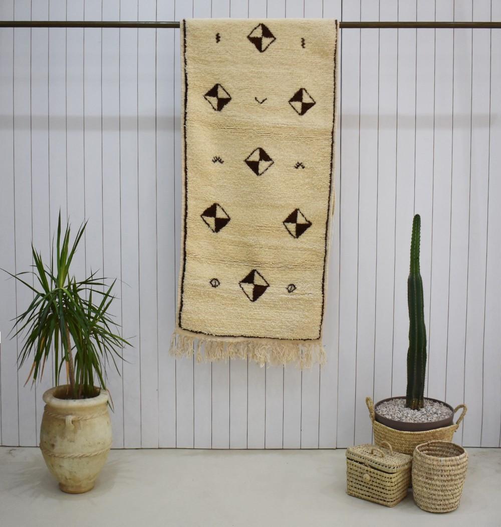 Tapis berbère en couloir avec motifs symétriques