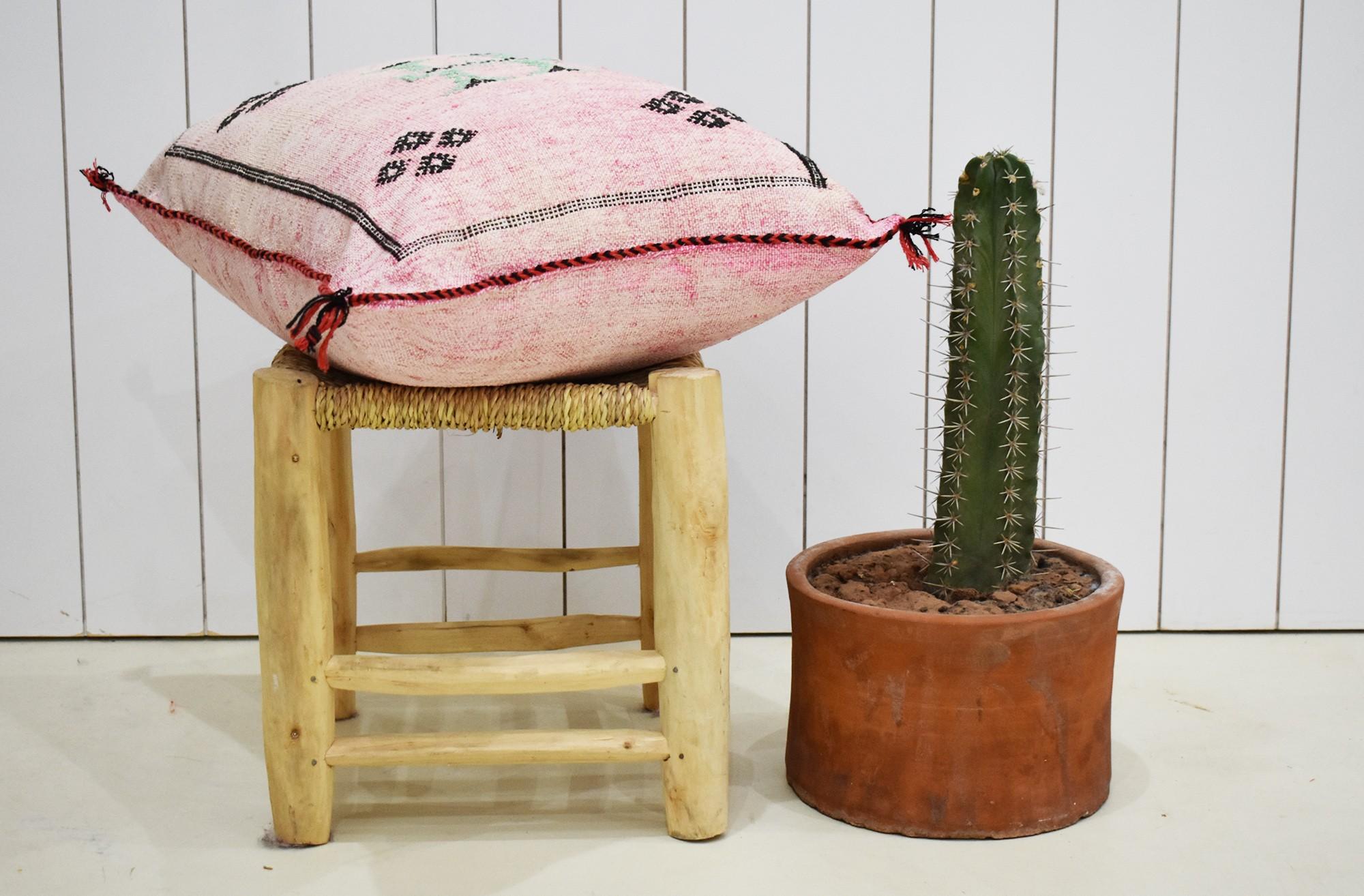 Housse de coussin berbère rose au cadre noir