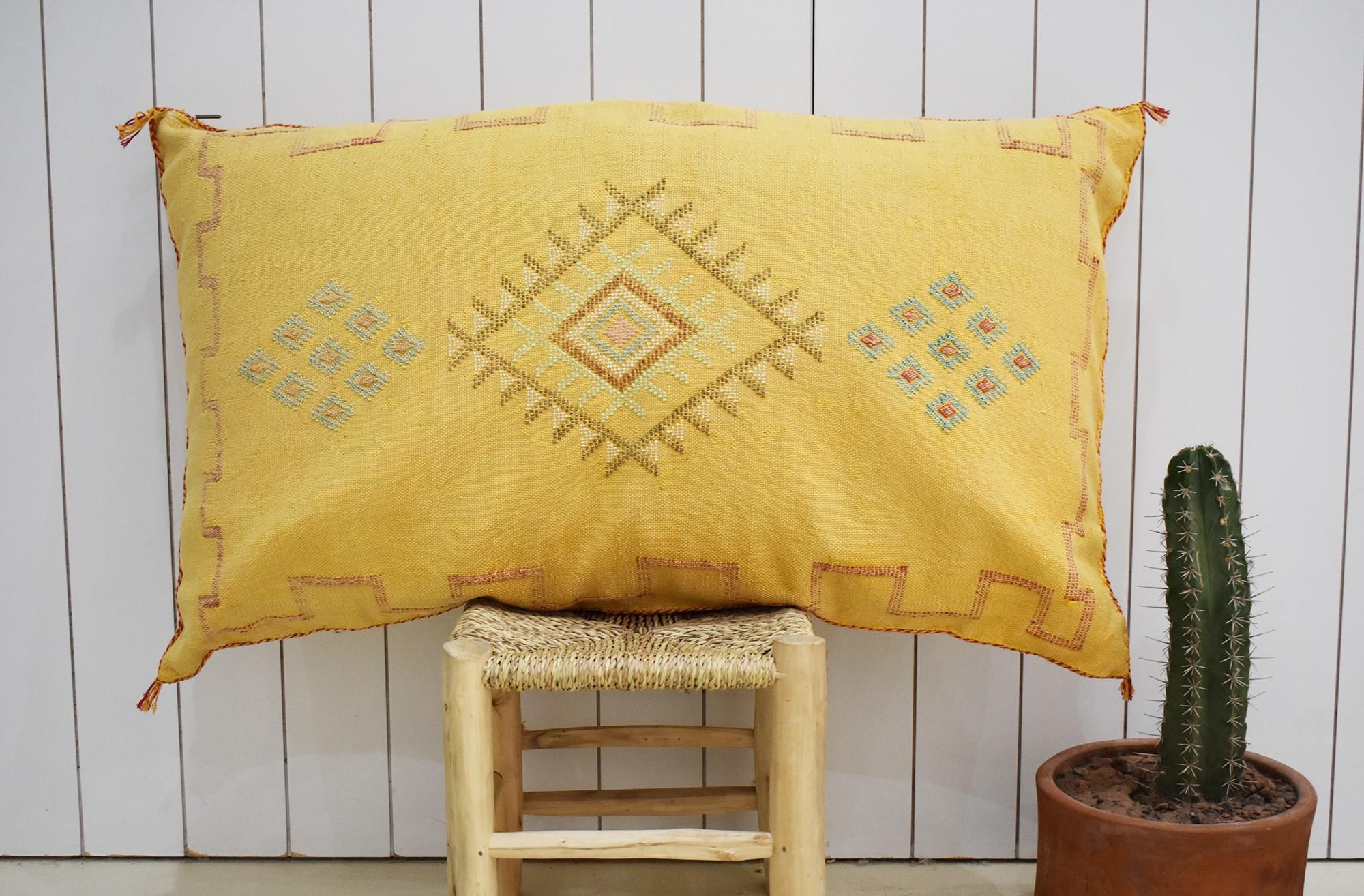 Traversin sabra jaune aux motifs bleus