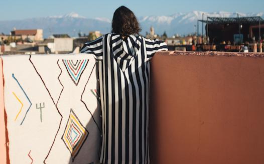 tapis azilal accroché sur un mur à marrakech