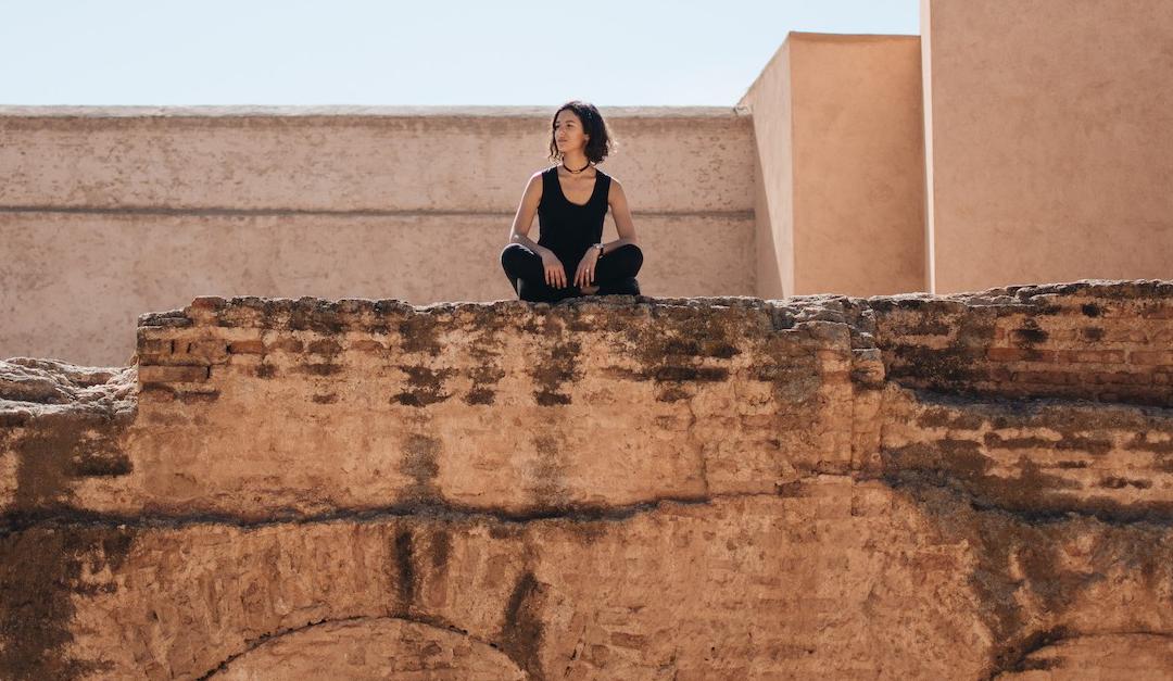 tapis berbere à marrakech sur mur en terre