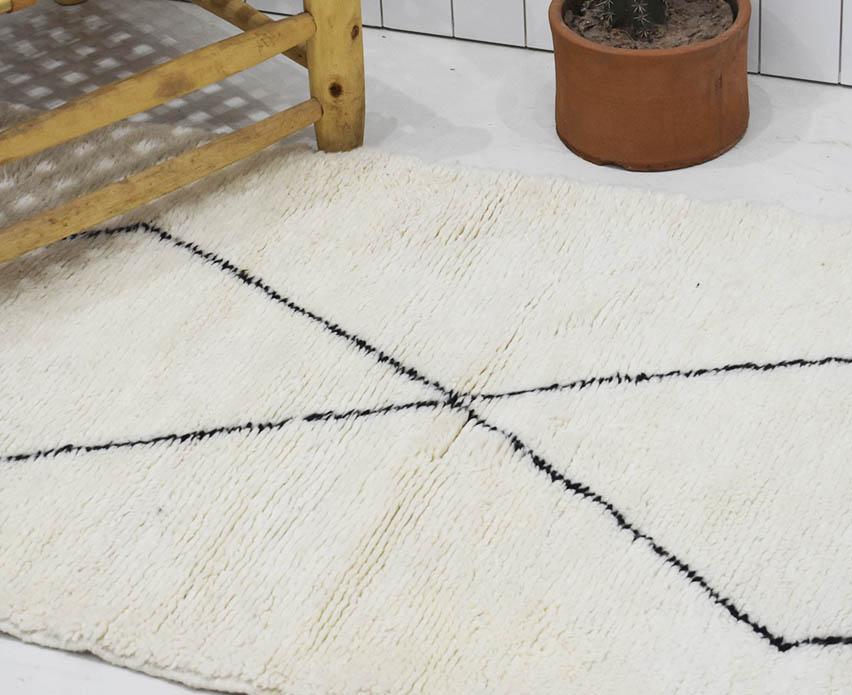tapis berbere en couloir noir et blanc en losange