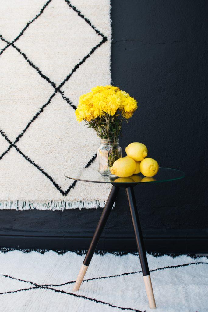 tapis beni ouarain noir et blanc avec touche tulipes jaunes