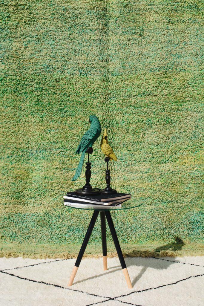 Tapis berbère vert et jaune avec objet de décoration
