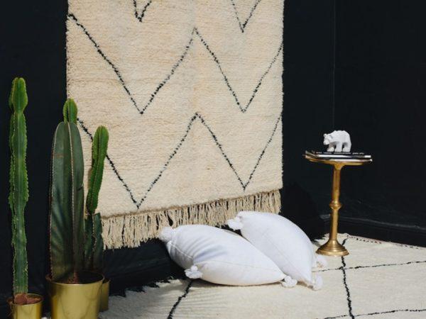 tapis beni ouarain avec coussin berbere blanc