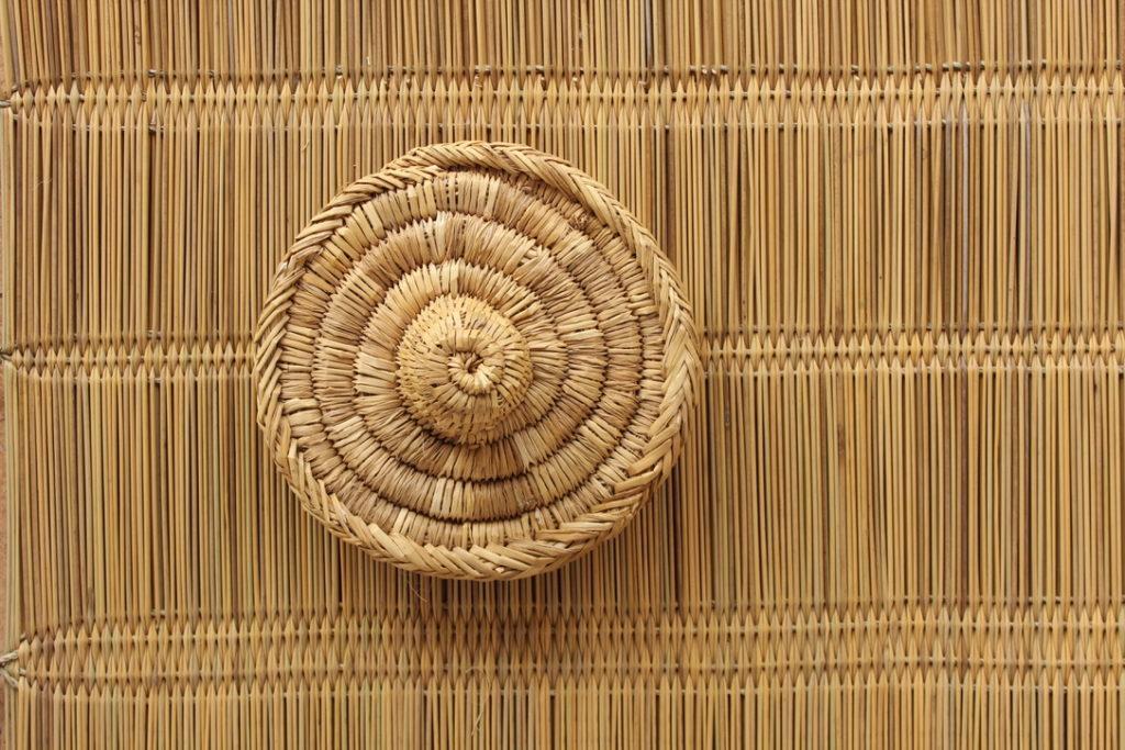 panier en osier avec un tapis en en paille